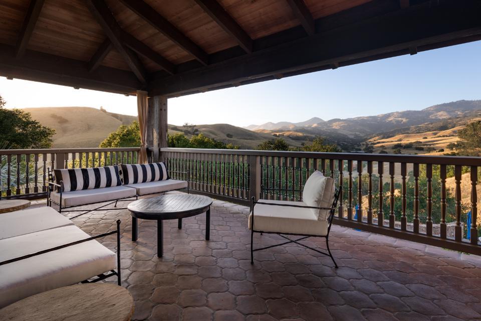 Balcony, Latigo